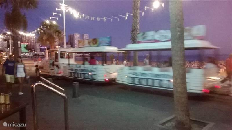 treintje rijdt over de boulevard