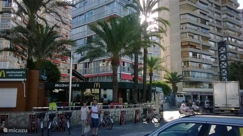 het flatje ligt midden tussen de gezellige terrassen en restaurantjes op de avenida de madrid/rincon de loix