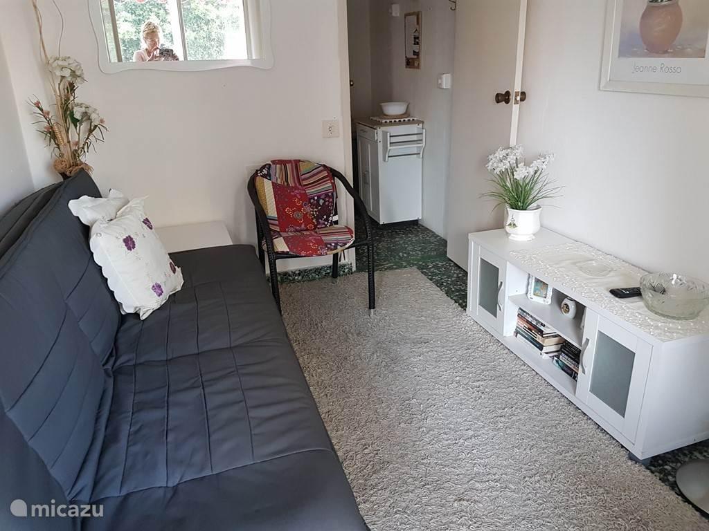 huiskamer met slaapbank.tv met alle ned.zenders.ook hbo en filmnet.  internet/wifi