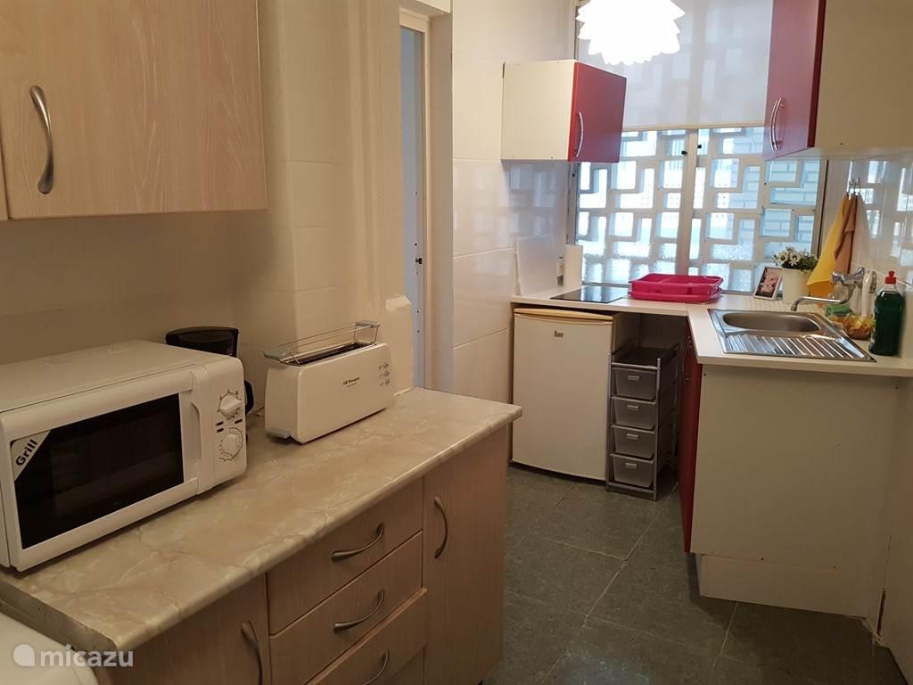 nieuwe gezellige keuken met keramische kookplaat, magnetron en wasautomaat