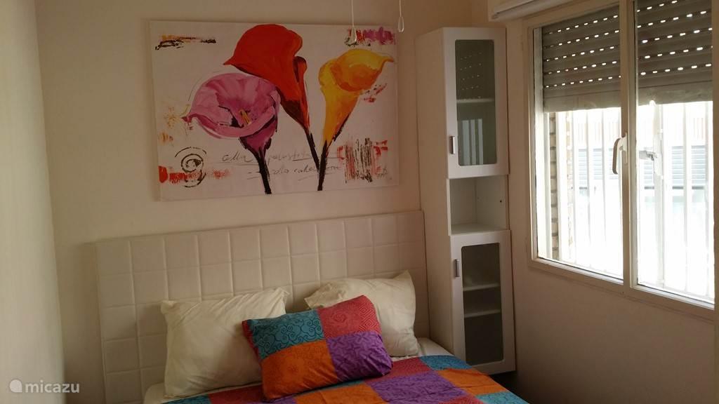 knusse slaapkamer met inbouw kledingkast