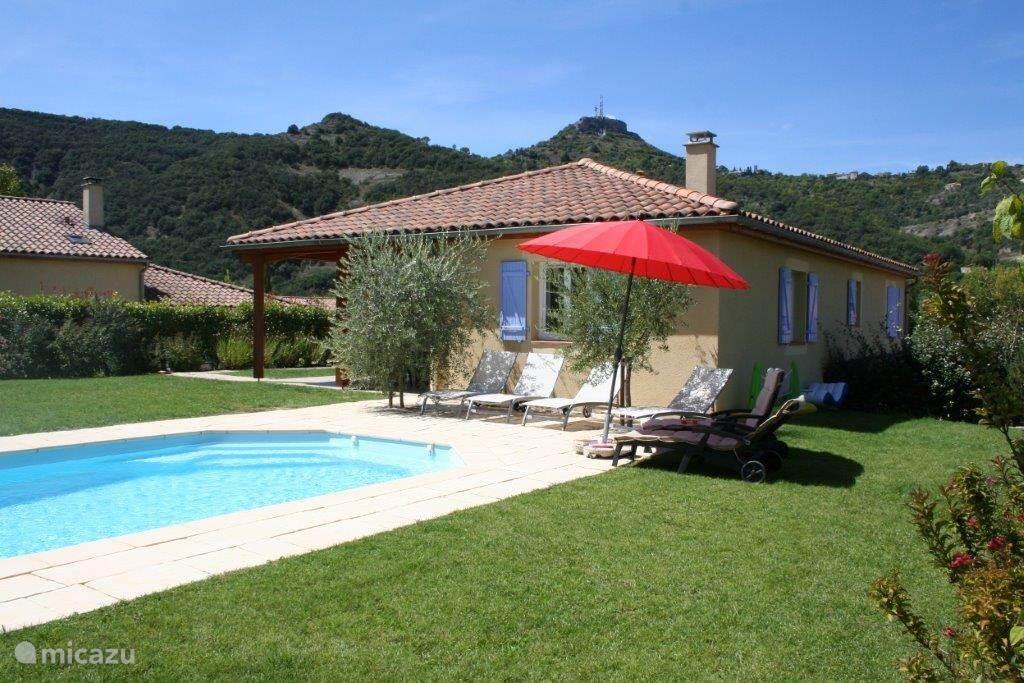 royale zonnige tuin met zwembad