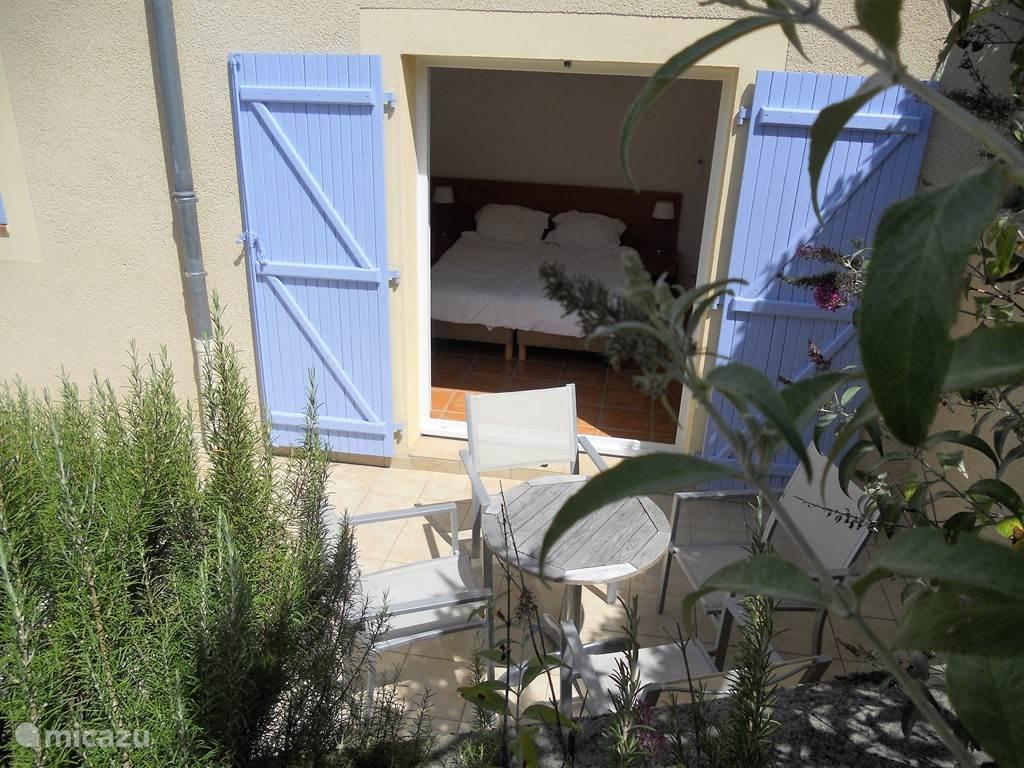 slaapkamer begane grond met openslaande tuindeuren en terras