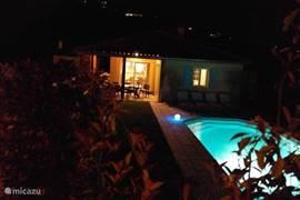 villa 84 met privézwembad bij avond
