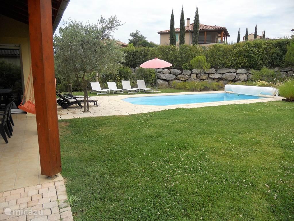 ruime grastuin bij het huis met verwarmd prive zwembad
