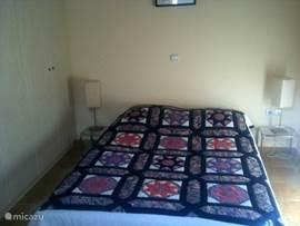 De slaapkamer heeft een dubbel bed en een zee van kastruimte die een hele wand beslaat. In deze kamer hangt de airco. (Laat men de deur naar de gang open, dan koelt deze airco het hele huis.