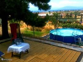 Het zwembad is rond, bijna 4 m doorsnede. Het terras met houten vlonders biedt veel: schaduw, zon, voldoende ligstoelen, buitendouche en schitterend uitzicht over de velden