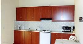 Open keuken, van alle comfort voorzien. De kookgelegenheid in het midden op de koelkast bestaat uit 2 elektrische pitten. Boven en onder in de kasten staan alle benodigdheden die in een moderne keuken horen.
