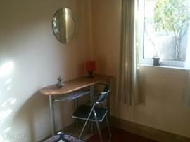 Een kaptafel, of een schrijftafel in de slaapkamer