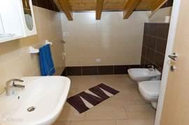 2 Badkamers met douche