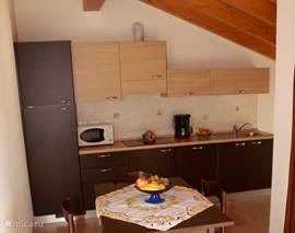 Moderne open keuken met vaatwasser, magnetron en koffiezetapparaat