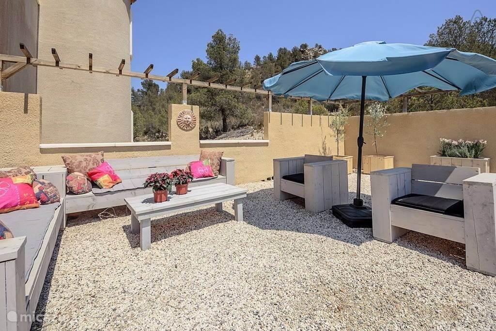 Ruime Steigerhouten loungeset bij het zwembad