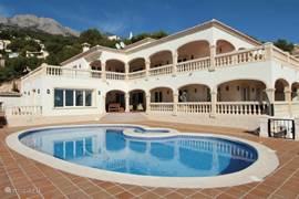 Casa Julia, een schitterende villa in een prachtige groene  omgeving en een adembenemend uitzicht op de zee, bergen,dal, Altea ,Albir en zelfs het ca. 12 kilometer verder gelegen Benidorm.