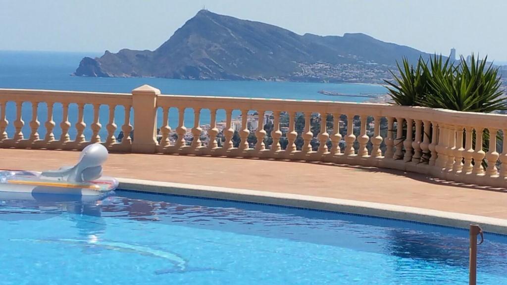 Eine sehr Schone Villa mit eine atemberaubende blick auf Meer und bergen, voor groBe Gruppen. In Juli und augustus - 10% Rabatt  auf Der Miete-Preis.