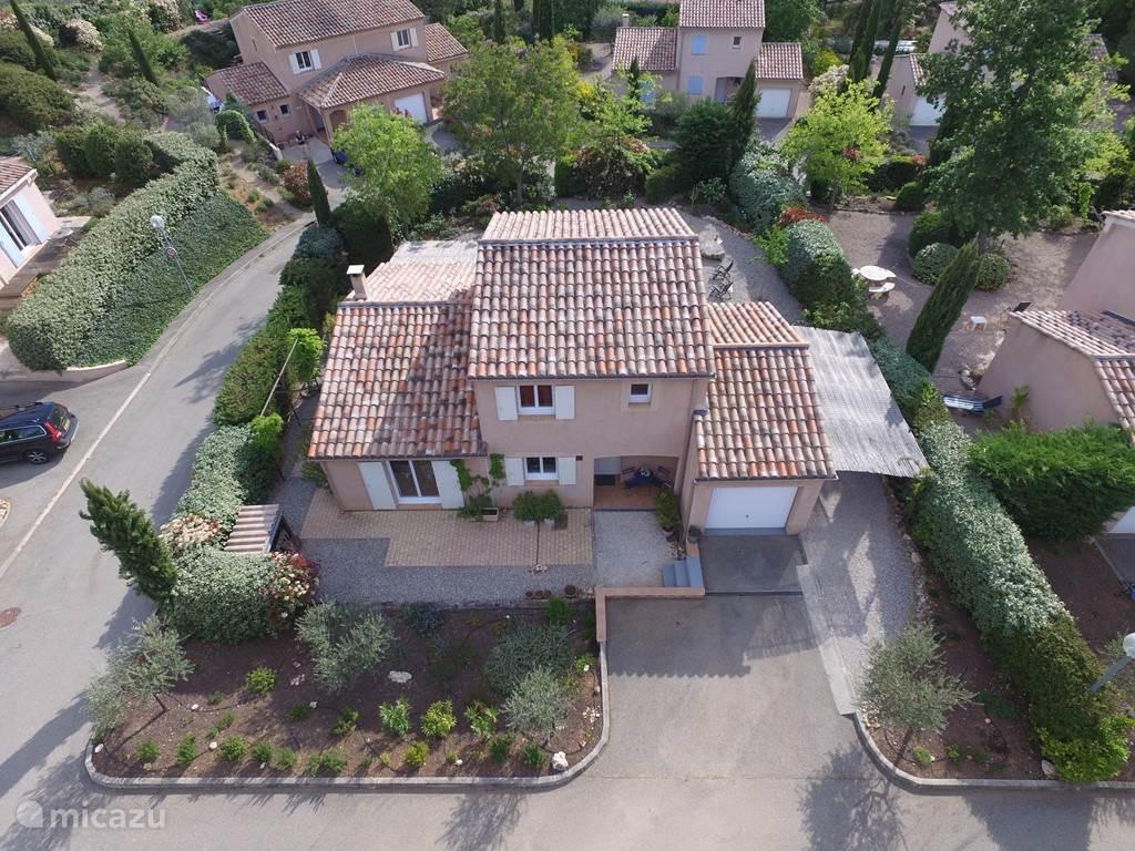 De voorzijde van ons huis Les Quatre Tonnelles vanuit een hoger perspectief