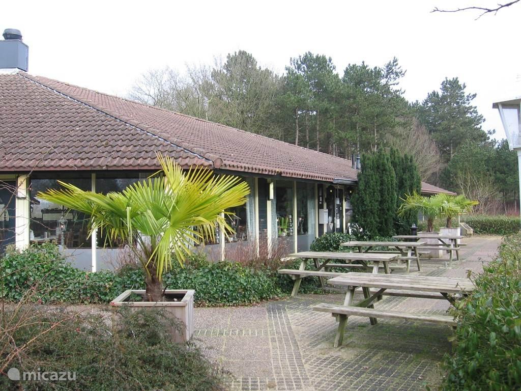 Geen zin om zelf te kokkerellen? Ga heerlijk dineren in Restaurant 'de Greens, welke is gelegen op het park.