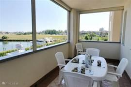 Ruim gemeubileerd balkon voorzien van barbeque en met uitzicht op het zwembad of de nieuwe jachthaven van Lido degli Estensi.