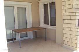 Eettafel op balkon. De stoelen ziet u op de foto van de woonkamer.