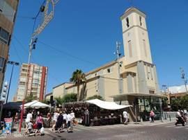 Kerk met de woensdag weekmarkt. Van 9:00 t/m 14:00.