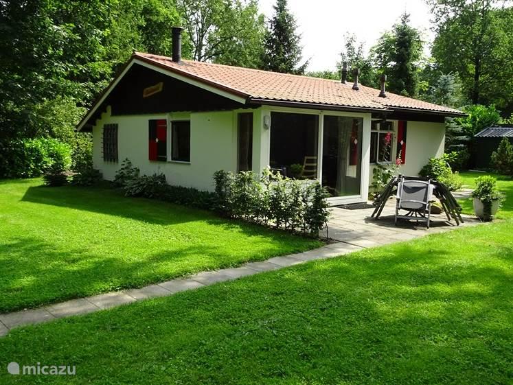 De bungalow bevindt zich in  een landschappelijke en natuurlijke omgeving.  Grasvelden en bossingels  wisselen elkaar af. Er zijn twee terrassen en aan de zijkant van het huisje bevindt zich een beschutte tuin met veel zon. U kunt uw eigen fiets stallen in het schuurtje.