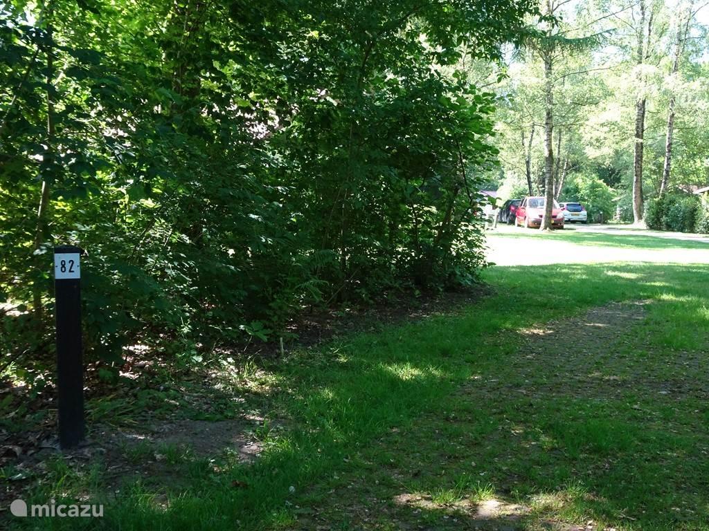 Aansluitend aan de bossingel en bij de vakantiebungalow bevindt zich de parkeerplaats met nummer 82.