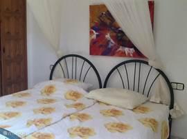 Slaapkamer op eerste verdieping met twee een-persoons bedden