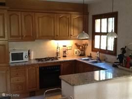 Open keuken met zicht op het terras