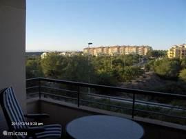 Uitzicht vanaf het balkon in de vroege morgen