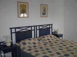Slaapkamer 1 met bergkast en ventilator