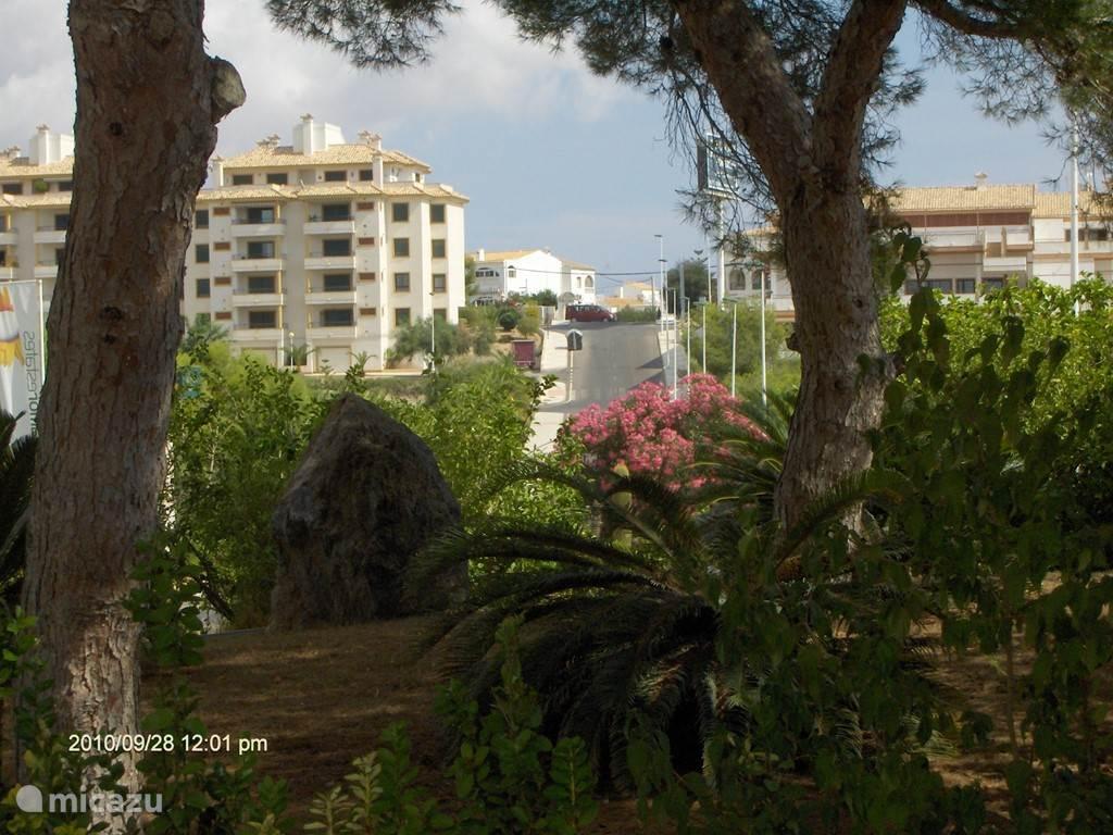 Een doorkijk vanaf het park naar het appartement complex.