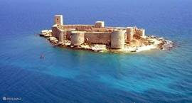 zee met kasteel op 150 meter afstand van strand