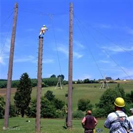 Het challenge parcours, één van onze spannende activiteiten voor diegene die graag wat uitdaging willen.Dit onderdeel heet de trapeze sprong, men klimt ( gezekerd) in de paal van +/- 9 meter hoog en springt naar een trapeze.