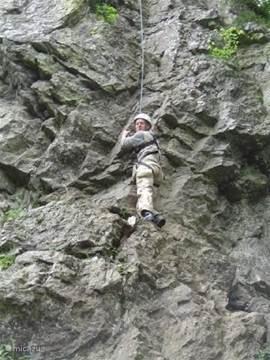 Klimmen en abseilen kunt u ook bij ons organiseren, op de rots Spitanche.Deze is midden in het bos op een prachtige locatie.( 18 meter hoog).