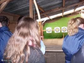 Bogen und Luftgewehrschießen ist auch eine der vielen Möglichkeiten.