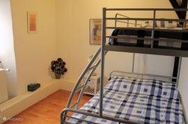 3-Persoonsslaapkamer bedden van 2.00 x 1.40 en 2.00 x 0.90 mtr.