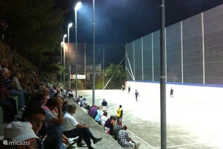 Ga kijken naar een pallapugno wedstrijd, een sport die alleen in deze regio beoefend wordt