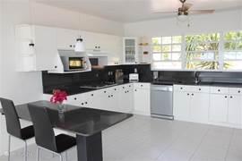 Een riante keuken geheel ingericht met alle denkbare apparatuur