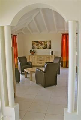 Een doorzichtje vanuit de keuken naar de woonkamer