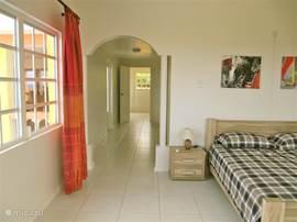 De master bedroom op de eerste verdieping is ca. 25 meter groot en biedt een riant uitzicht op zee.