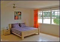 De slaapkamer beneden meet ca. 32 meter en heeft tevens een 2 persoonsbed en een zit/slaapbank
