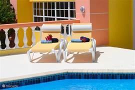 Lekker zonnen bij het zwembad