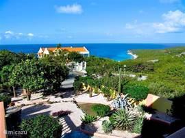 Het uitzicht vanuit het balkon op de Caribische Zee is onvergetelijk