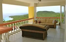 De zithoek op de Porche met een riant uitzicht over de zee en de plantages