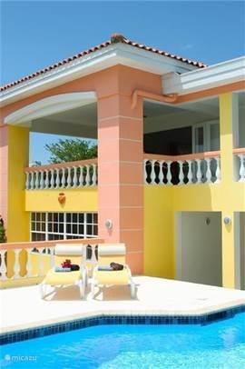 Een terras beneden bij het zwembad en een riant balkon met een fraai uitzicht op de Carabische Zee