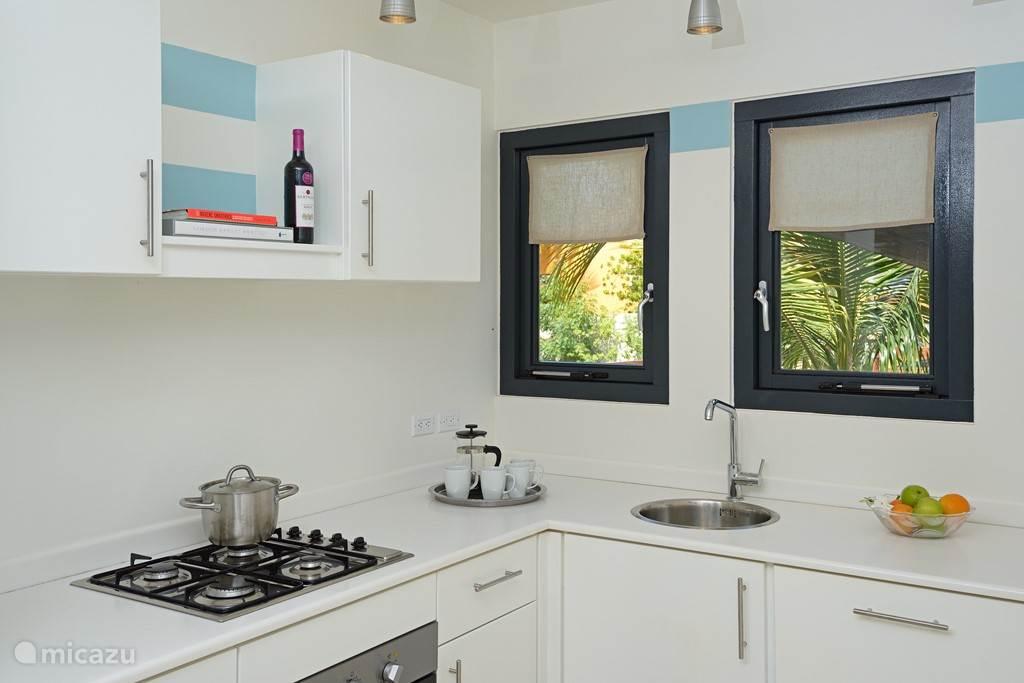 Keuken voorzien van vaatwasser, gasfornuis, oven/magnetron en koelkast met aparte vrieskast