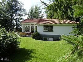 Aanzicht huis en tuin van de zijkant