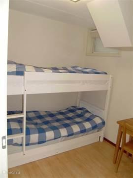 een slaapkamer met stapelbed