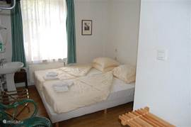 One of the 17 slaapkamers.Alle rooms have a private shower and toilet.En a small television.