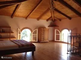 De ruime en lichte slaapkamer op de bovenverdieping.
