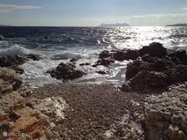 OP een paar minuten lopen is een klein strandje.